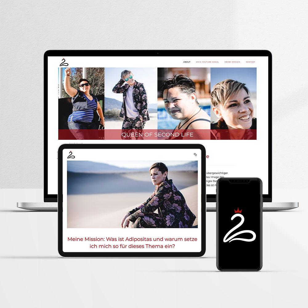 Laptop und Tablett mit verschiedenen Darstellungen der Webseite von Queen of Second Life, Smartphone mit weißes Logo auf Schwarzem Hintergrund