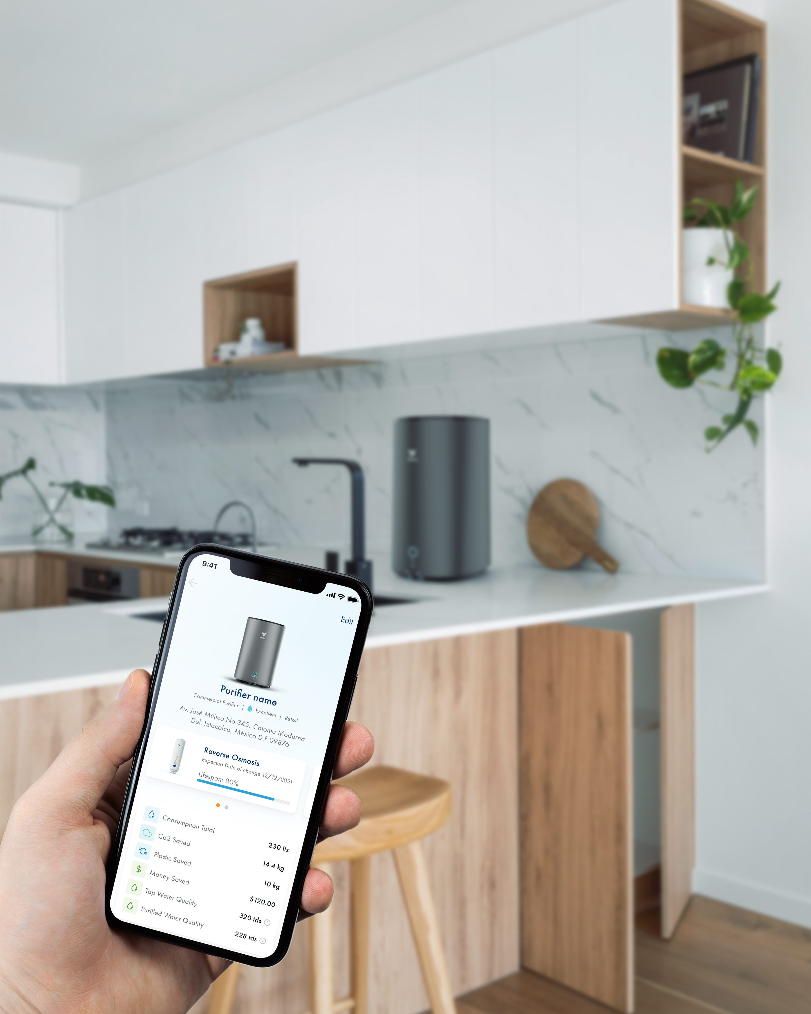 Holding a phone in the left hand with the Alxedo App opened, showing Water consumption statistic. An Alxedo Purifier is placed in a kitchen in the Background