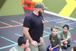 hot ground gym's trainer teaches children