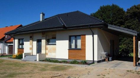 dom z keramzytu z wiatą garażową krytą dachówką, wymiary wiaty 6,5 metrów na 4 metry