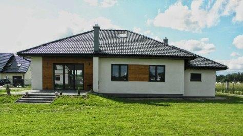 dom parterowy na działce z dachem trójspadowym