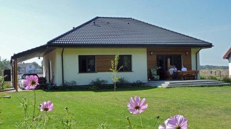 dom z wiatą garażową krytą dachówką, wiata o wymiarach 6,5m x 4m