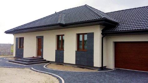 dom parterowy z tarasem, z garażem dwustanowiskowym ocieplany z dachem trójspadowym, o wymiarach wewnętrznych 6,6 m x 5,8 m
