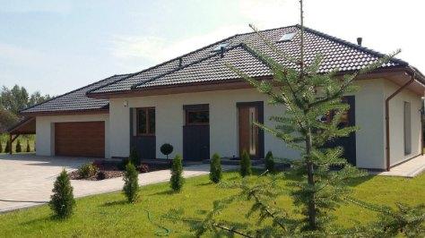 dom parterowy z garażem dwu-stanowiskowym po lewej stronie, o ścianach ceramicznych keramzytowych, brama garażowa segmentowa elektryczna