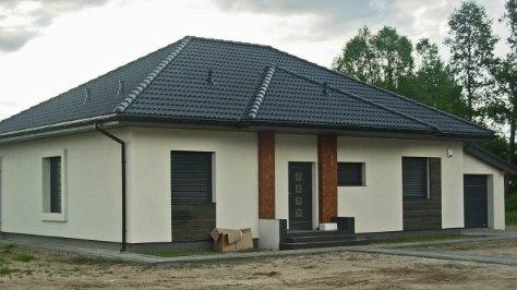 dom z garażem jednostanowiskowym ocieplany o ścianach ceramicznych z keramzytu, wymiary wewnętrzne 6,6m x 3,56m