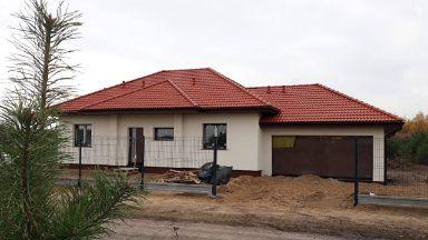 dom, garaż dwustanowiskowy po prawej stronie, wymiary 6,6 metrów na 5,8 metrów, brama garażowa segmentowa elektryczna