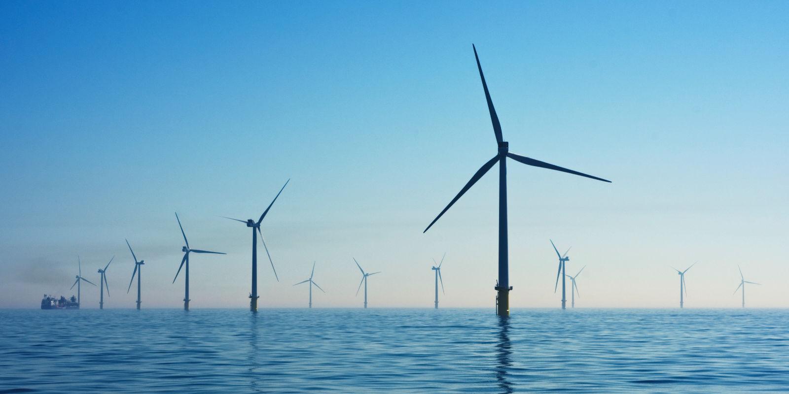Grüner Strom aus Wind und Sonnenkraft