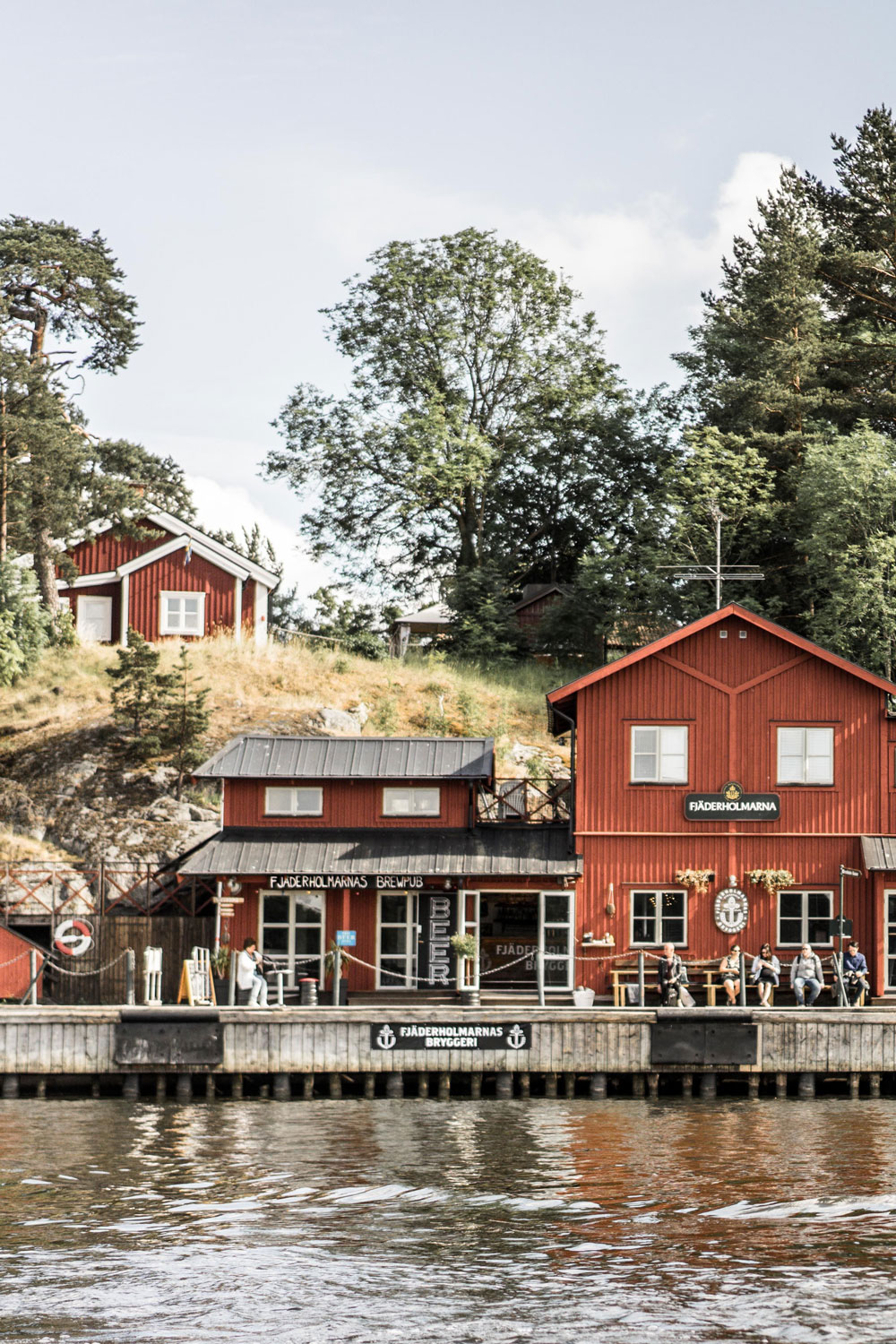 Fjäderholmarnas brewpub in Stockholm's archipelago. We offer a vide variety of our beers, served directly from the bright beer tanks. You can also grab a bite from our pub menu.