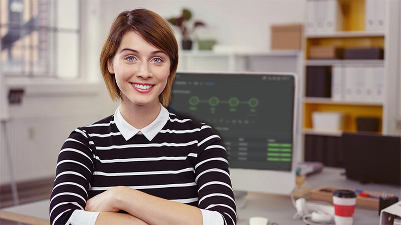 Une femme debout devant un PC équipé d'un frontal Libelle DataMasking.