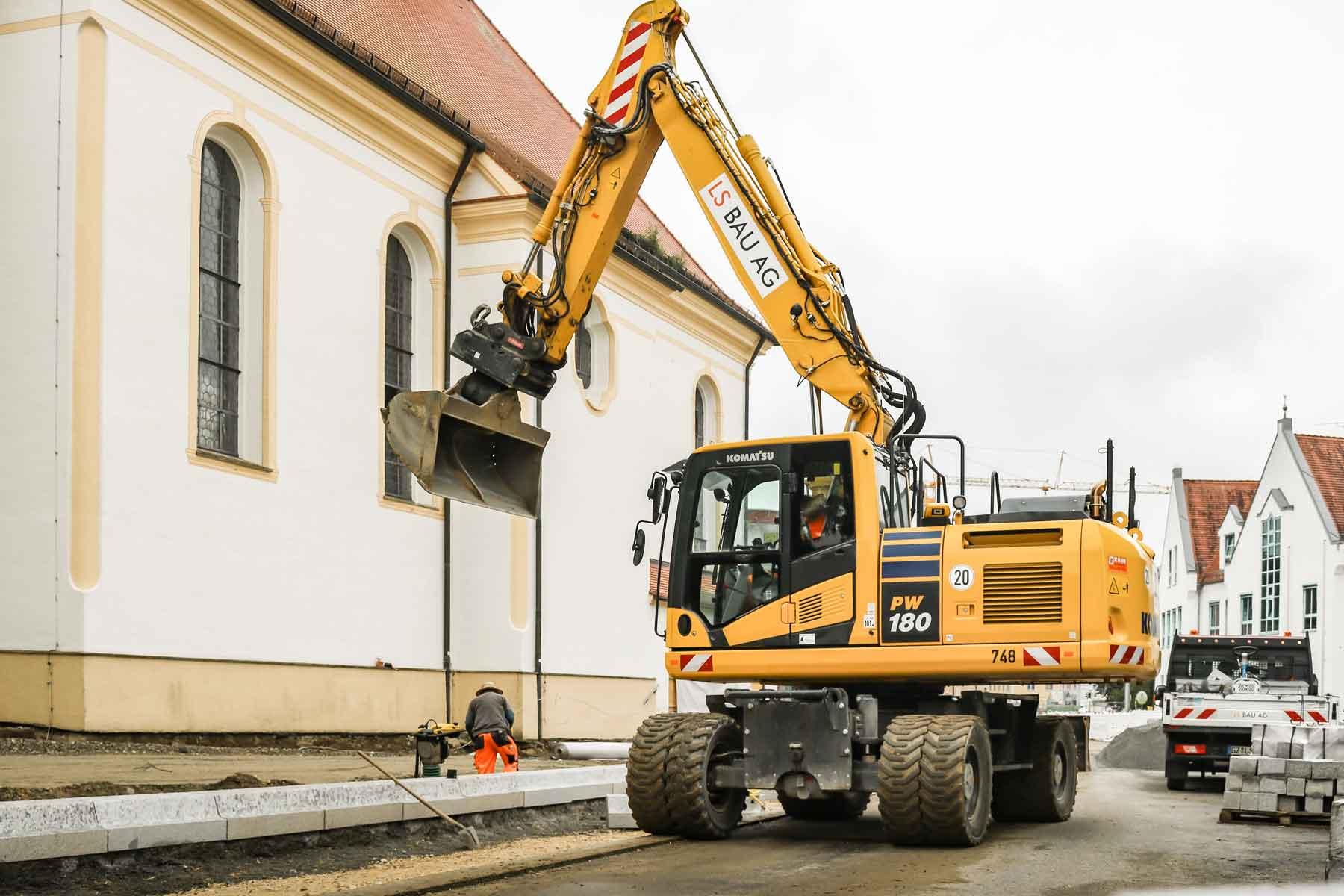 Baggerarbeiten neben der Kirche in Thannhausen
