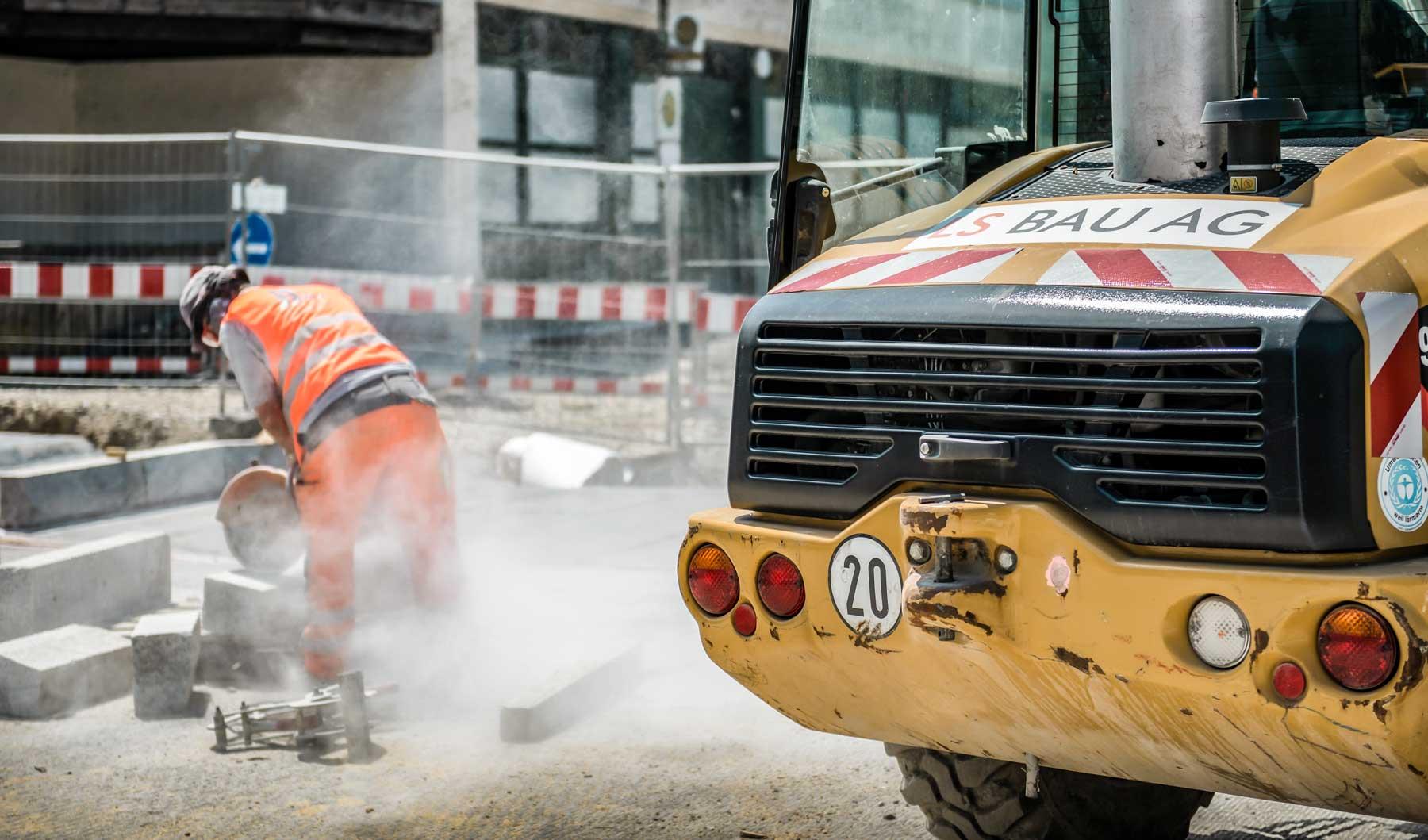 Maschine der LS Bau AG und Arbeiter in der Bauwerkserhaltung