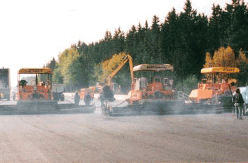 Maschinen asphaltieren Autobahn
