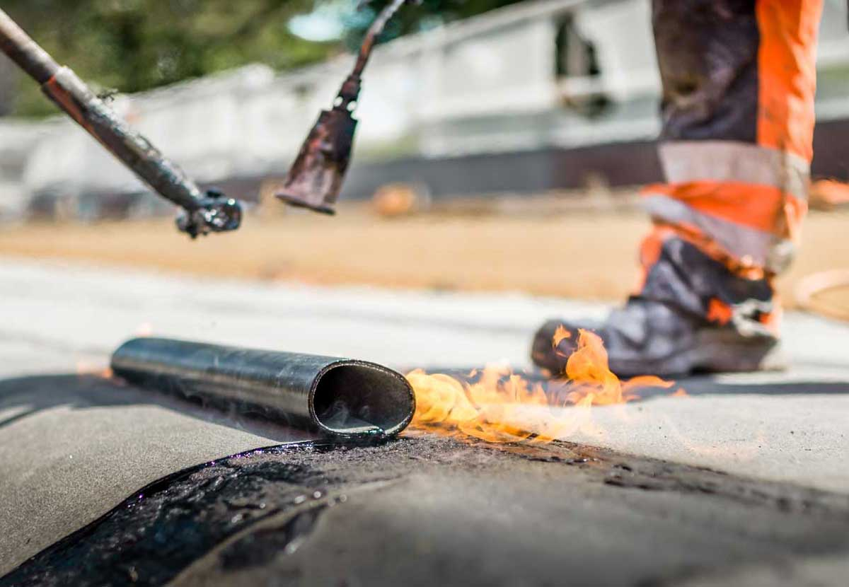 Bitumendachpappe erwärmen (Flamme)