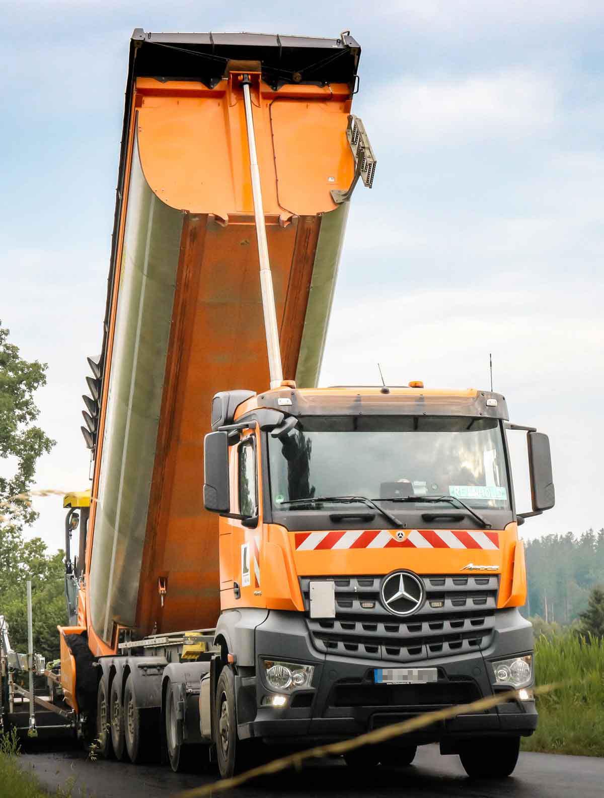 orangener LKW in Fahrt