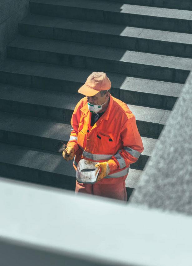Bauarbeiter läuft die Treppen herunter