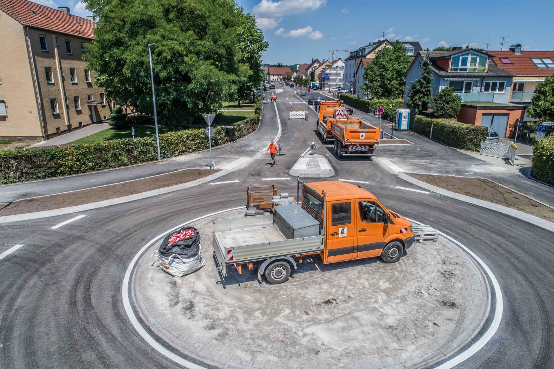 Fahrzeuge auf Straße Bauarbeiter