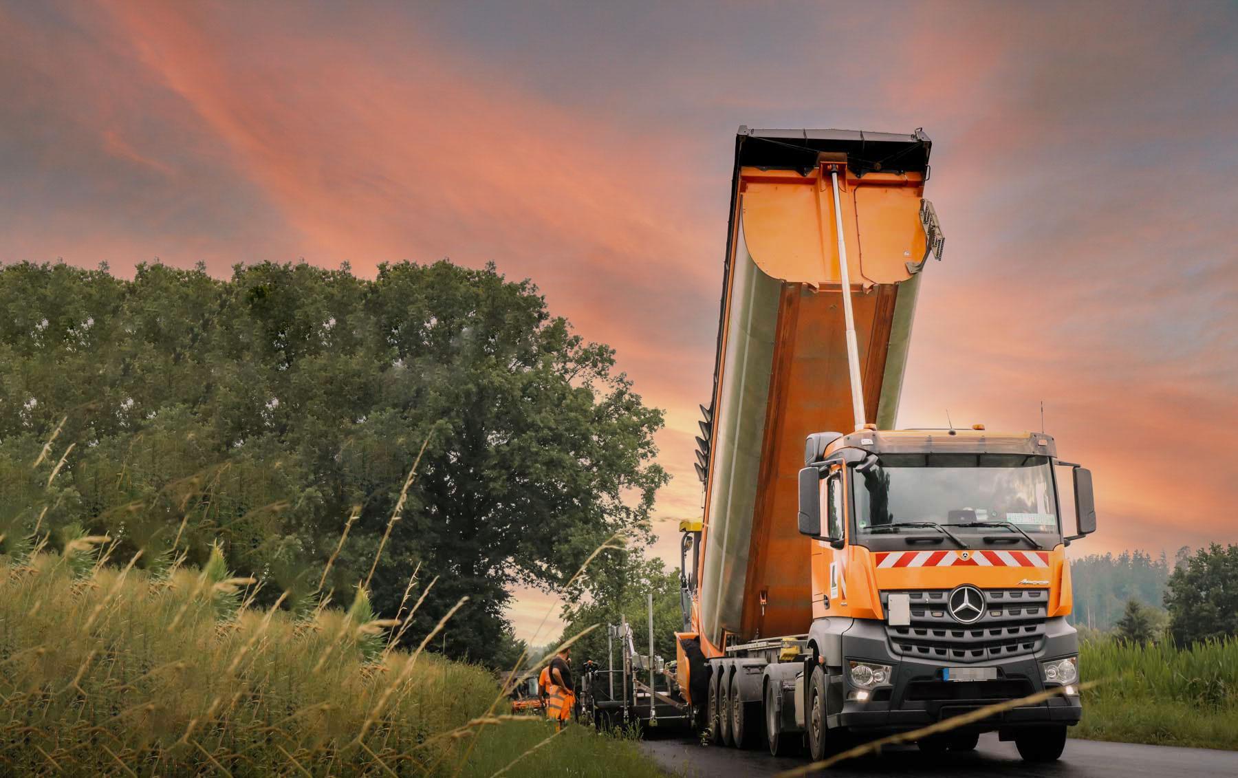 orangener LKW der LS Bau AG