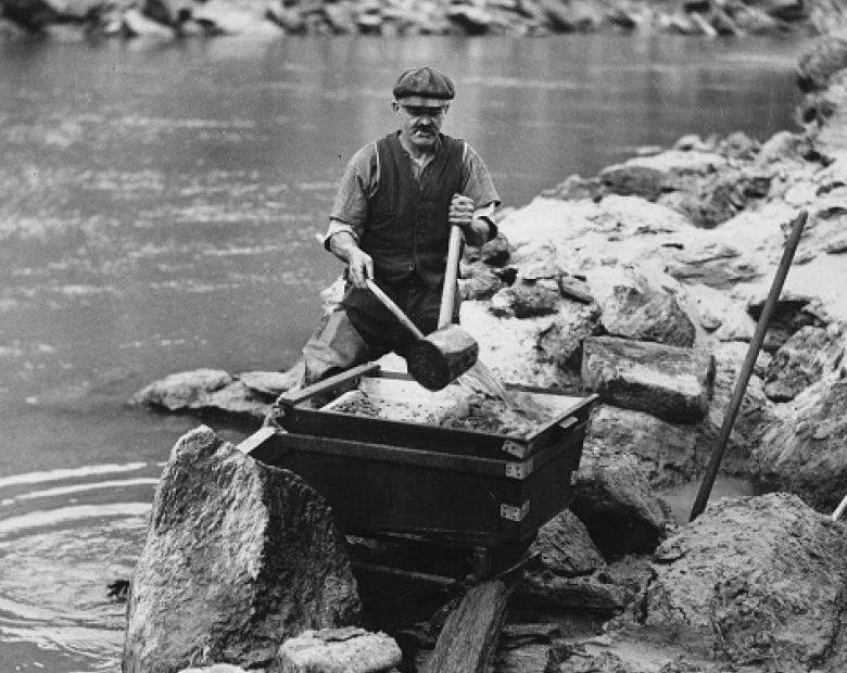 gold panning image central otago