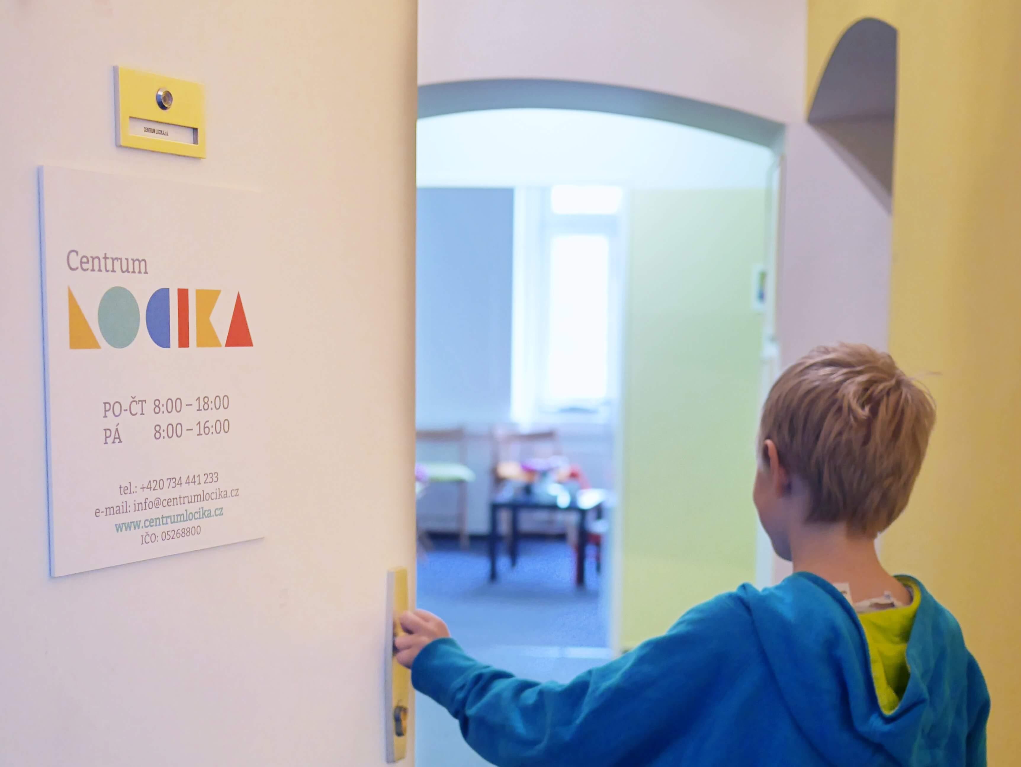 Vchodové dveře do Centra LOCIKA v Umělecké ulici