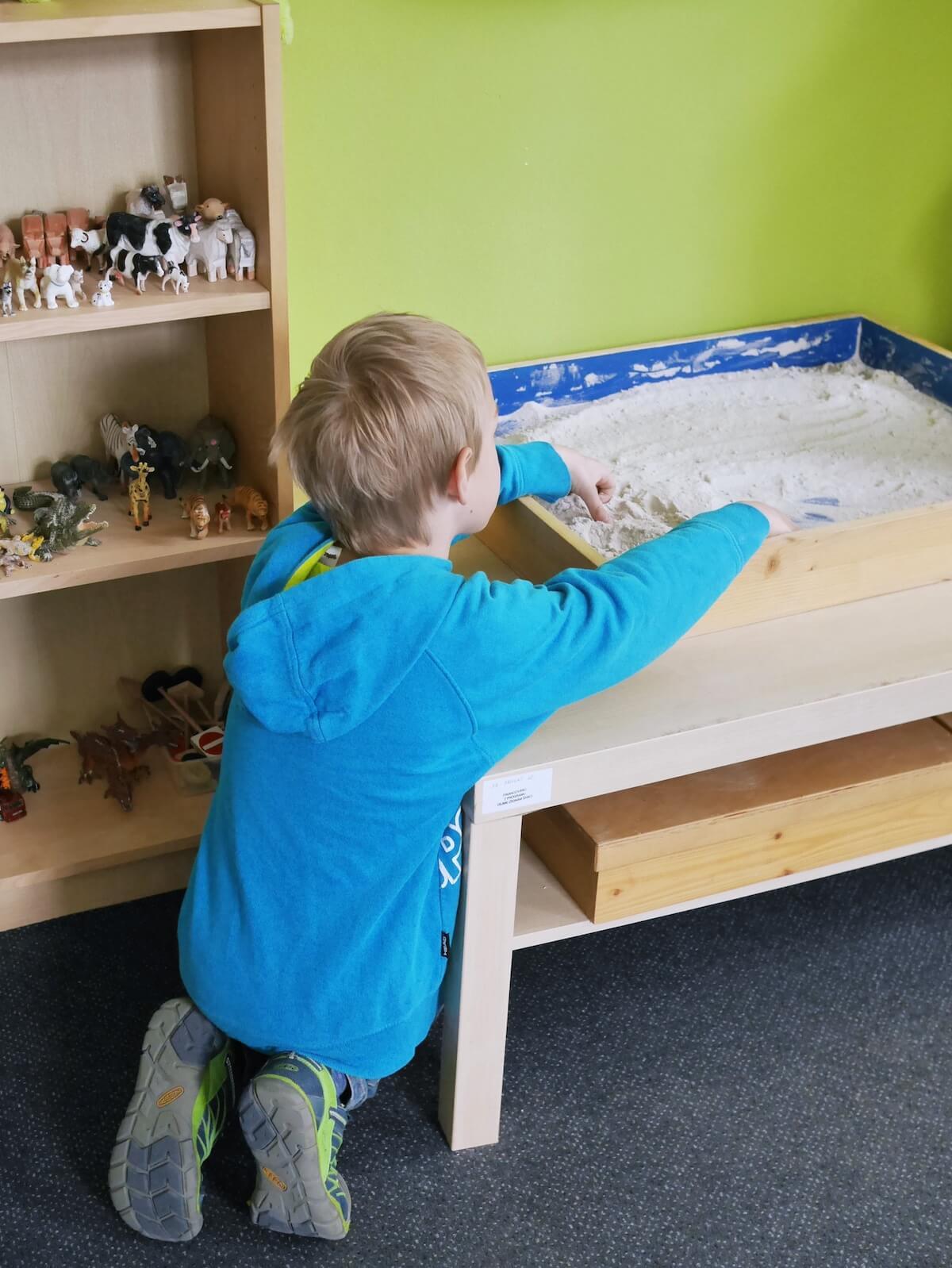 V Centru LOCIKA používáme arteterapii a terapii s hraním v písku