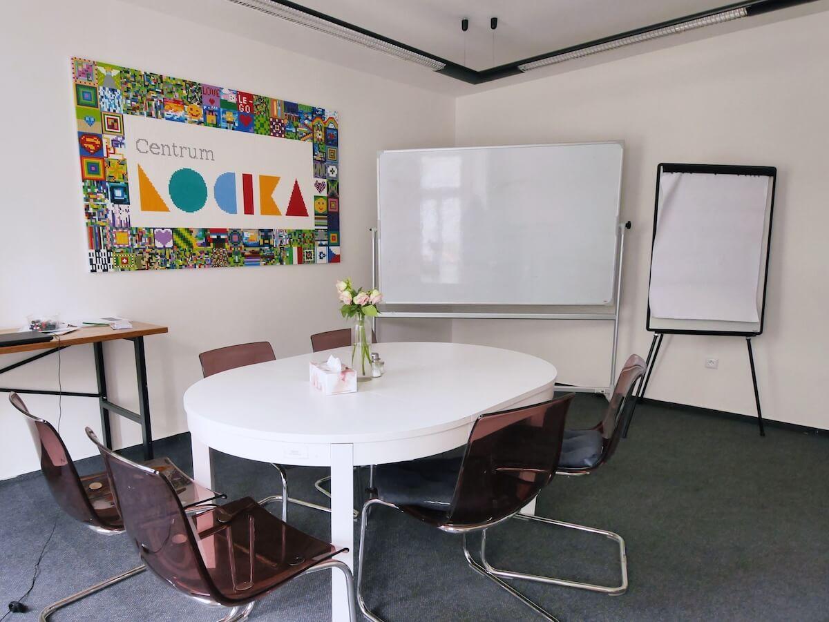 Zasedací místnost Centra LOCIKA v Umělecké ulici v Praze