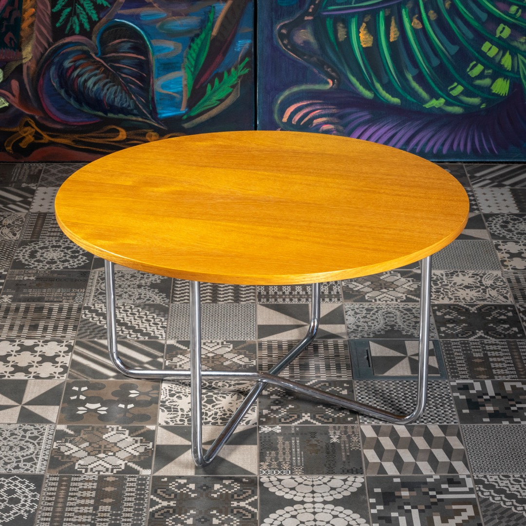 The tubular conference table from the 1930s has the original construction and a newly made table top in an oak veneer. Honey staining is finished with a semi-matt varnish with an open pore. We have reduced the original height of the table to a height of 45 cm according to current requirements. Easily combinable shape and design in contemporary interior solutions.