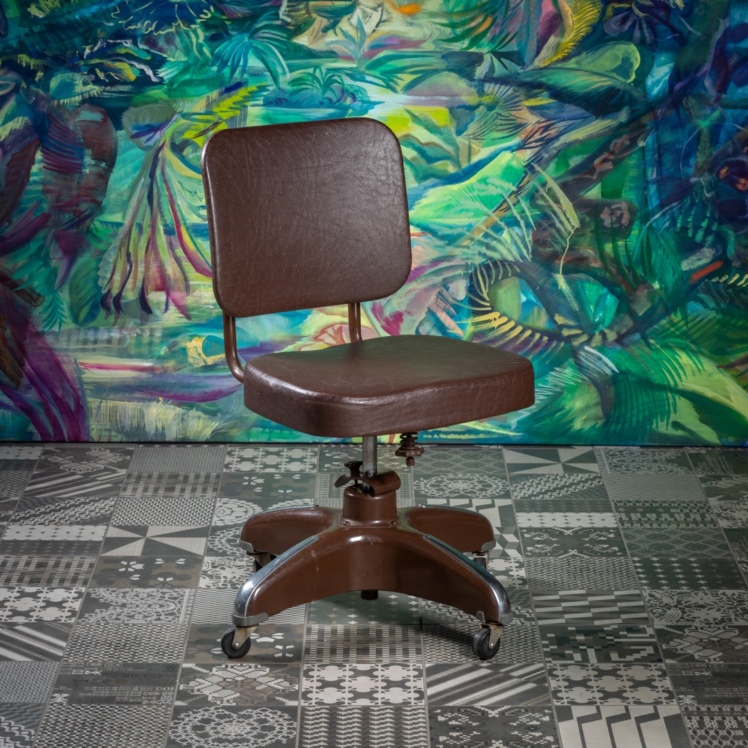 A swivel chair from the 1950s from the American manufacturer Cosco is another way to avoid sitting at a desk on an IT plastic chair. The chair has a height-adjustable backrest and the seat has an adjustable inclination. Everything is in excellent original condition. Several other models from the same manufacturer are waiting to be renovated.
