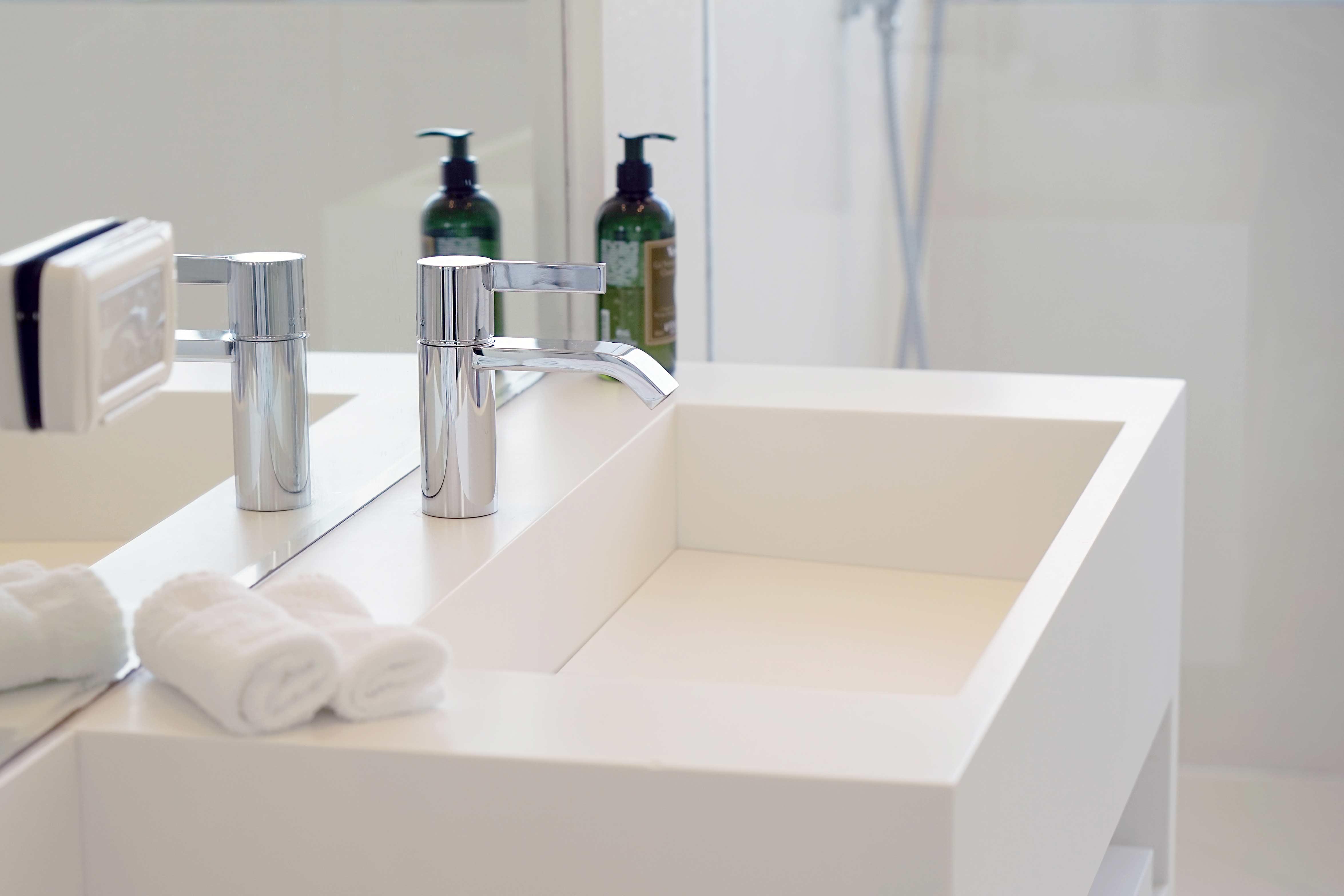 Kylpyhuoneen käsienpesuallas peilin edessä