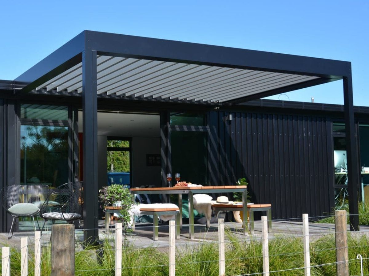 Louvre attached to architectural house covering outdoor living space