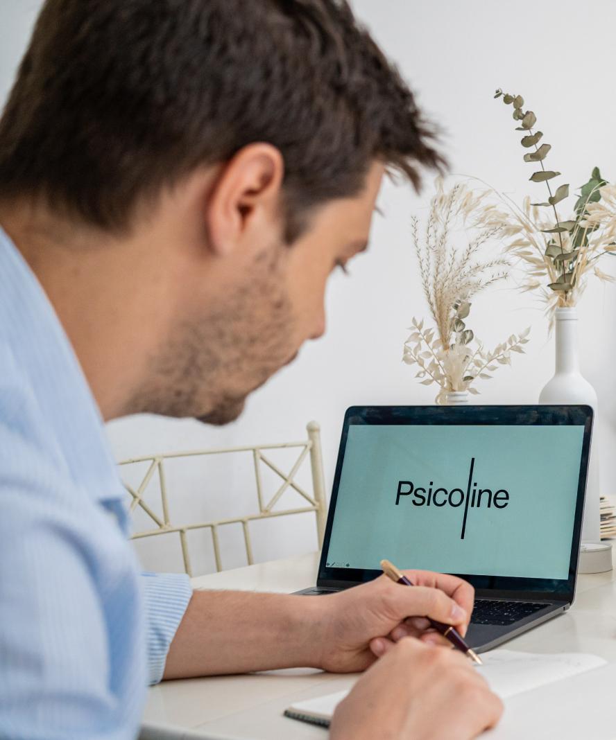 Hombre trabajando en Psicoline