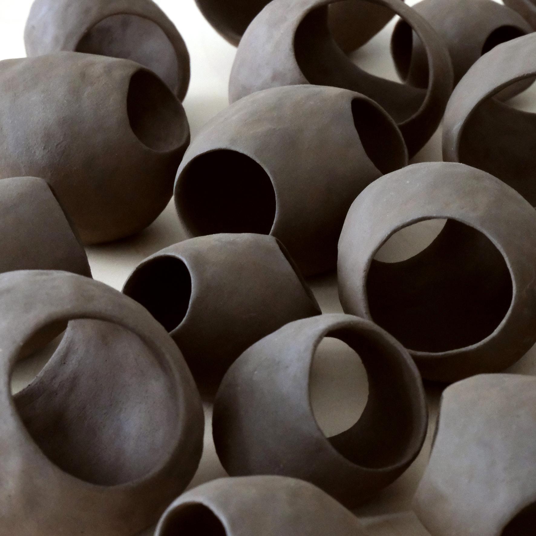 Gehäuse, (Detail), 2020, Ton, ca. 55 x 45 x 9 cm