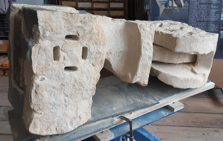 """Abgedreht"" 34 x 34 x 99 cm (Block), 52 x 43 x 106 cm (offen) Reinhardtsdorfer Sandstein 2021 17 x 17 x 37cm (Blockmaß) 17 x 17 x 46cm (max. Ausdehnung)"