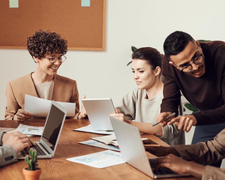 VIsuel de personne travaillant en groupe sur des ordinateur - réunion rh
