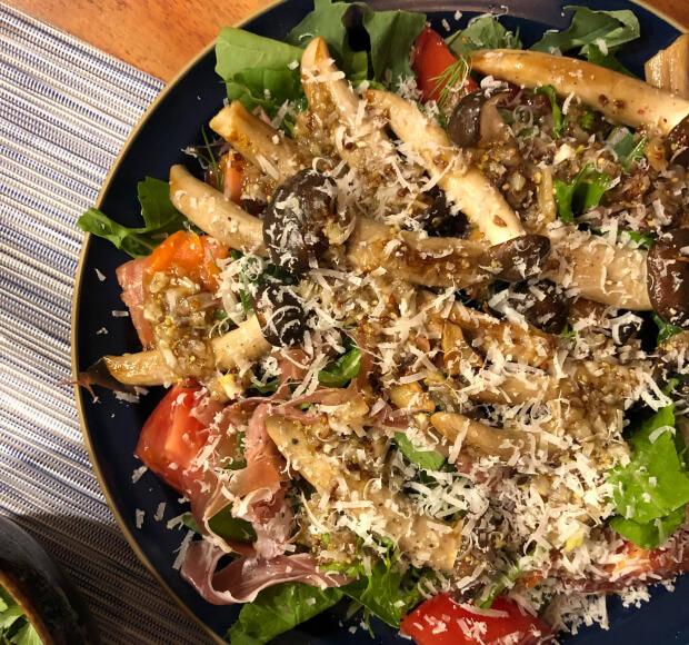 ぶなクイーンとパルミジャーノチーズのサラダ、素焼きにしたぶなクイーンと生ハム、トマト、を添えたら豪華なサラダに変身!