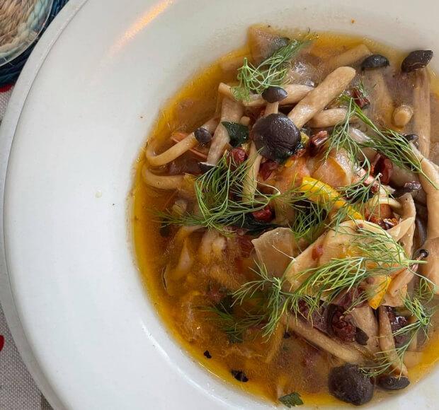 秋鮭とハーブのしめじスープ、旬な鮭としめじを白ワインとオレンジでスープ仕立てに。アクセントはハーブのディルが決めて!