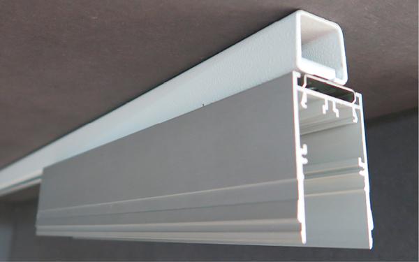 Foto der Deckenmontage mit Montageschienen diagonale Ansicht