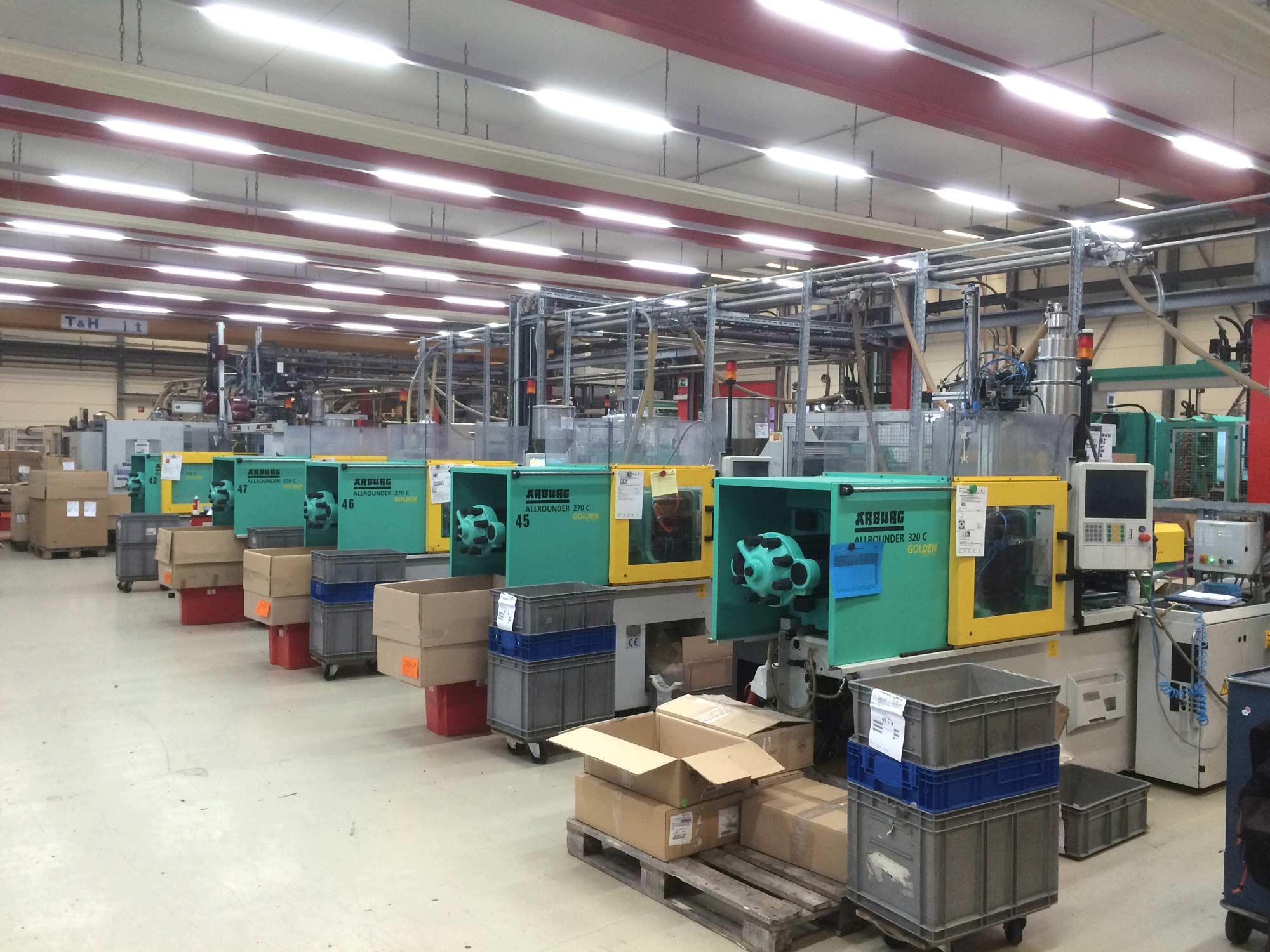 Foto einer Industriehalle mit neuen KB Silverline.pro LED-Leuchten