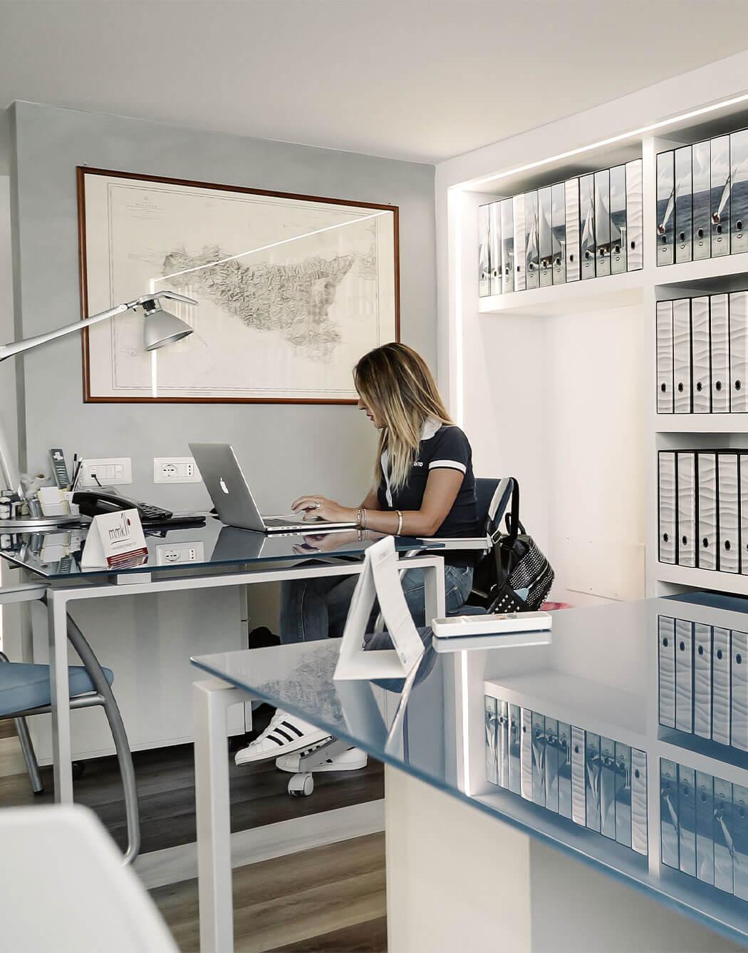 Una ragazza lavora al computer nella sede di Spartivento Yachts di Reggio Calabria.