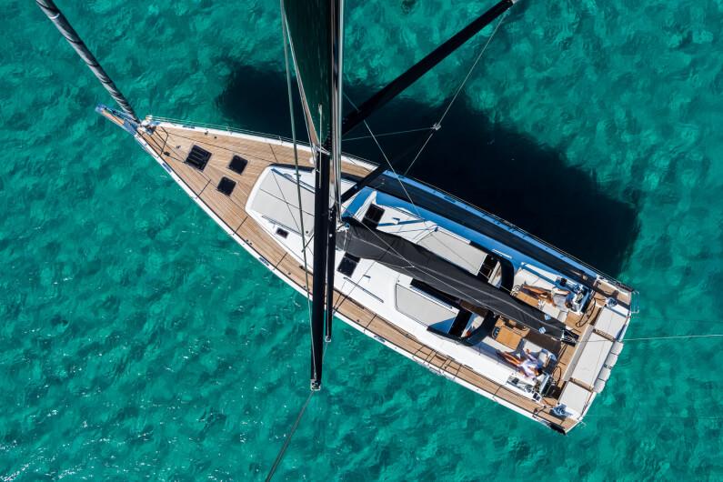 Una vista dall'alto di uno yacht a vela Oceanis del marchio Beneteau, che staziona in mare.