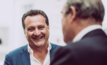 Stefano Pizzi, fondatore di Spartivento Yachts, sorride ad un evento nautico.
