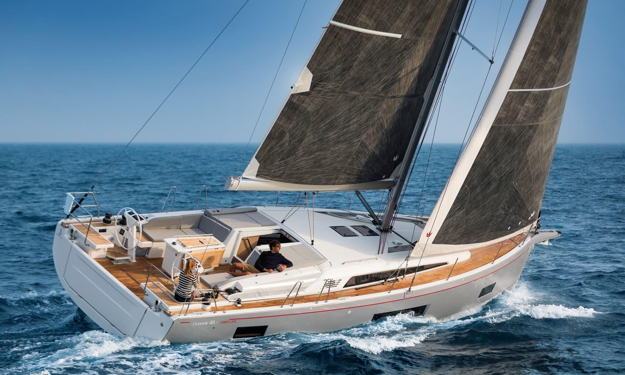 Una coppia naviga in mare aperto su una barca a vela Oceanis 46.1 First Line del marchio Beneteau.