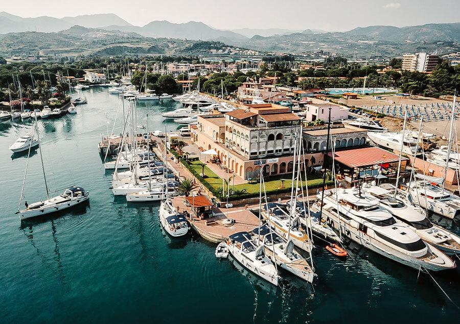 Una vista aerea della Marina di Portorosa in Sicilia, una delle sedi di Spartivento Yachts.