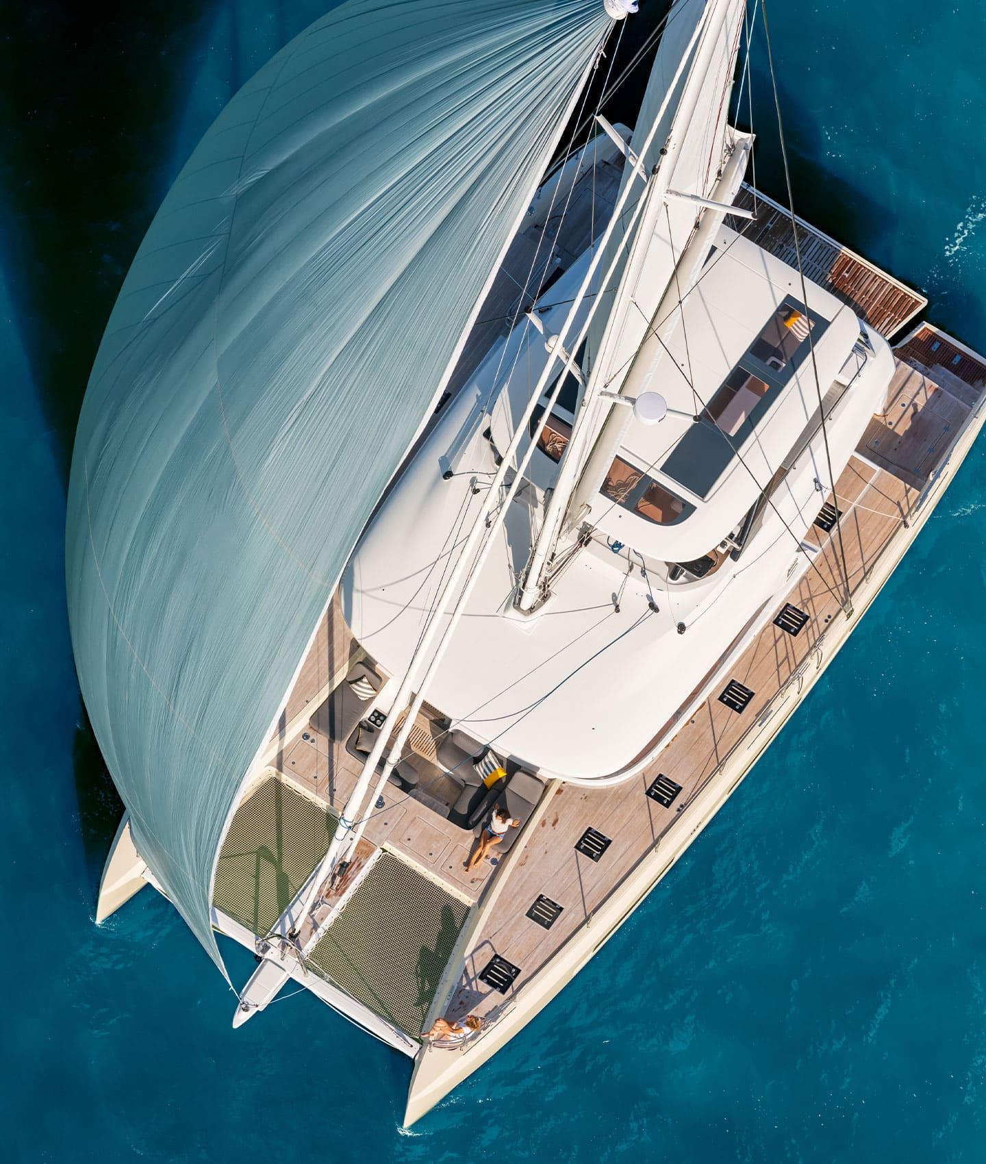Una vista dall'alto di una catamarano a vela di Lagoon, che naviga con la vela spiegata al vento