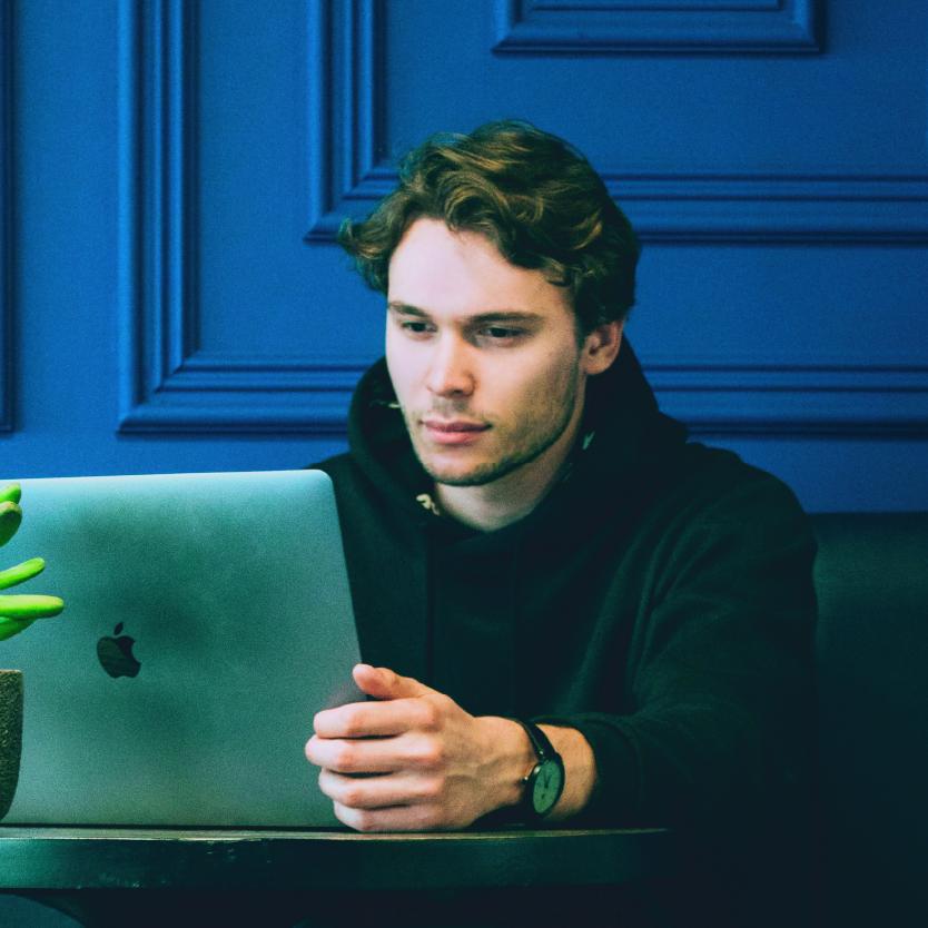 Employé de chez PWC sur son ordinateur